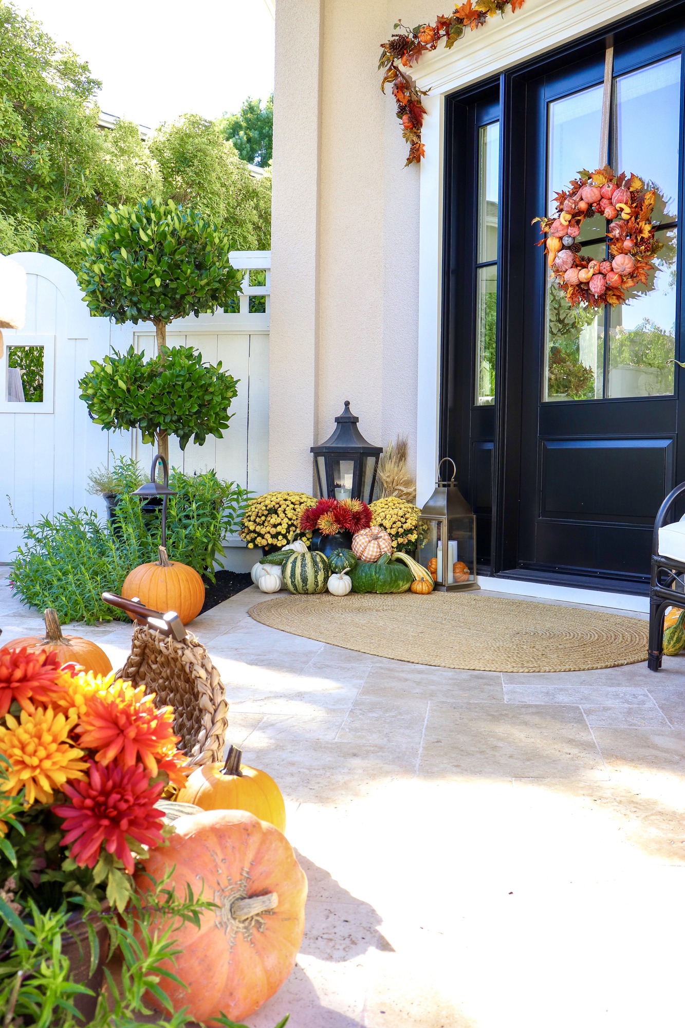 Easy Fall Front Porch Decor Ideas - Affordable and adorable fall and autumn decor pieces (very affordable) holiday porch inspiration and inspo | pinterest