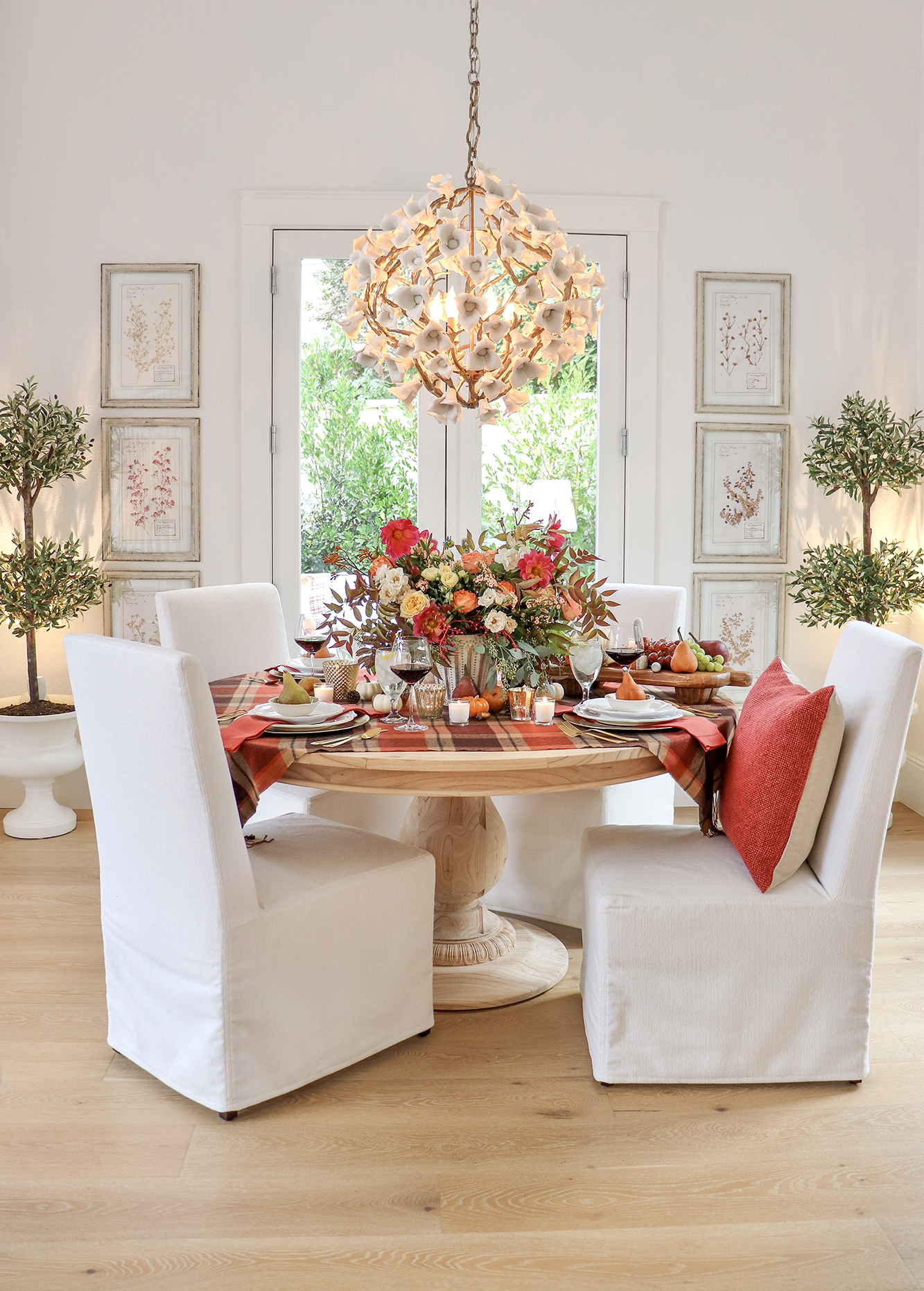 Harvest Fall Tablescape Ideas - Using classic dinnerware and adding autumnal touches to create and easy and beautiful table setting.